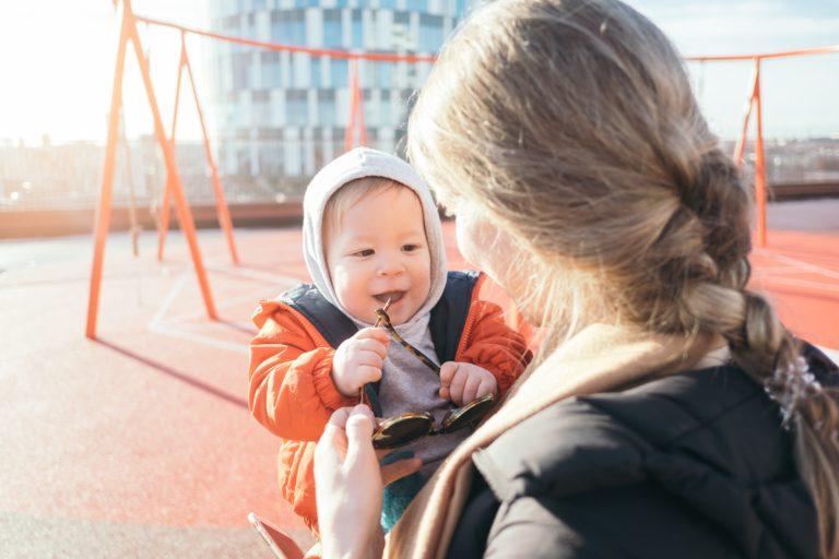 Bunda Wajib Tahu, Ini Manfaat Menggendong Bayi
