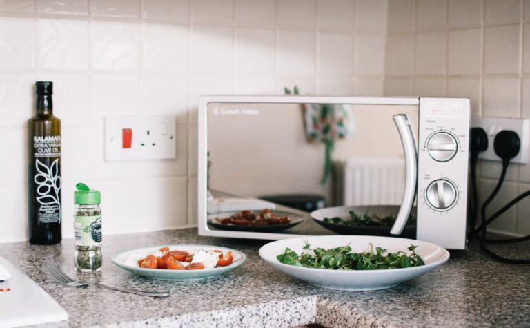 Begini Cara Tepat Membersihkan Microwave dan Oven