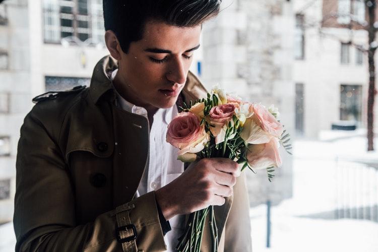 Bingung Mau Memakai Apa untuk Kencan Valentine? Intip Tips Berikut Yuk Guys!