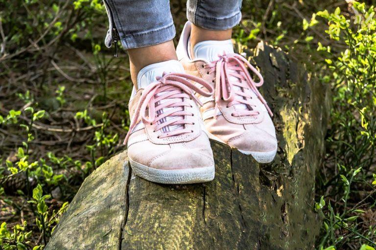 3 Cara Jitu Bikin Sepatu Kekecilan Muat Dipakai