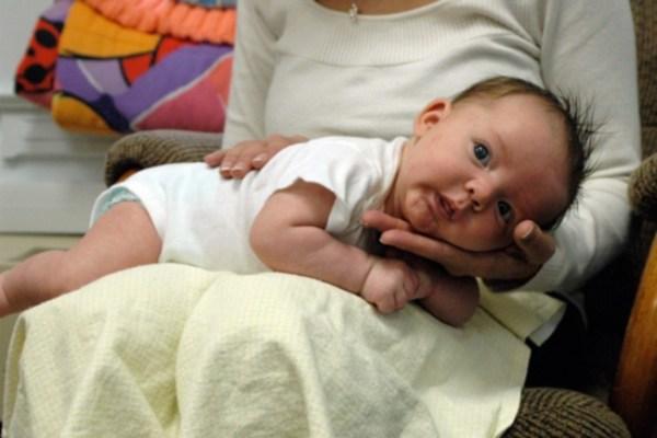 menyendawakan bayi