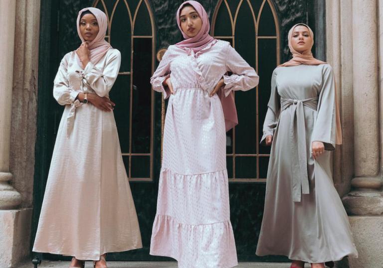 Dear Hijabers, Ini Tips Cantik dan Berkelas dengan Padu Padan Busana Gamis Polos