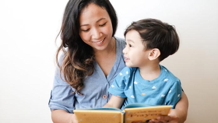 Manfaat membacakan cerita