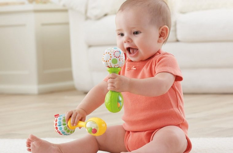 Latih motorik dengan mainan bayi