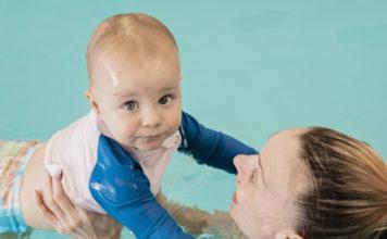 Ajarkan bayi berenang