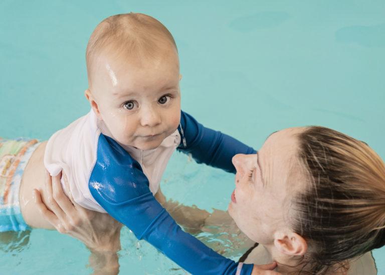 Perhatikan Hal Ini Jika Ingin Mengajarkan Si Kecil Berenang Sejak Dini, Moms