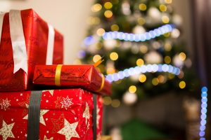 Perayaan Natal di Rumah Saat Pandemi dengan Bertukar Kado
